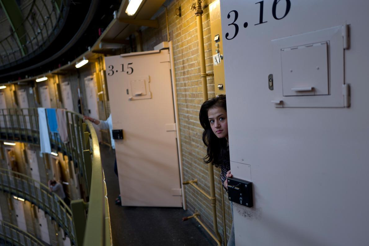 01-cells-asylum-refugees.adapt.1190.1